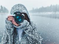 photographer in winter taking photos, photo StockSnap/Pixabay